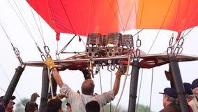 准备热空气气球的职员在Bagan 影视素材