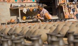 准备瓦器的妇女在Bhaktapur 免版税库存图片