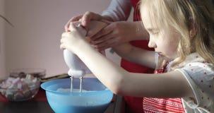准备生日蛋糕的一个年轻母亲和她美丽的女儿 股票视频