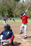 由棒决定的小职业棒球联盟球员 免版税库存图片