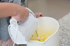 准备用手搅拌器面团 免版税库存照片