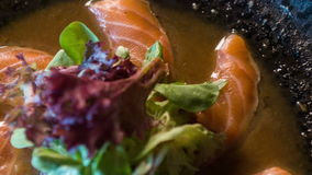 准备由专业厨师的三文鱼 股票视频