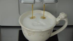准备由咖啡机的热奶咖啡 股票录像