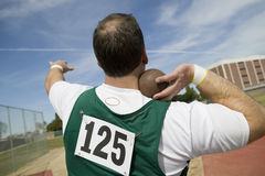 准备男性的运动员投掷铅球 库存照片