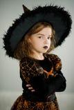 准备的万圣夜 美丽的女孩8-9年显示邪恶的巫婆 免版税库存图片