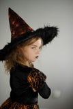 准备的万圣夜 逗人喜爱的女孩8-9年显示邪恶的神仙 免版税库存照片
