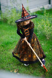 准备的万圣夜 邪恶的巫婆的衣服的女孩清洗草坪犁耙 免版税库存照片