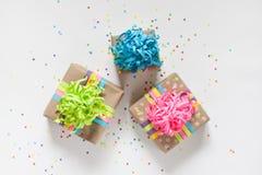 准备的假日 在五颜六色包装包裹的礼物 免版税库存图片