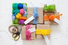 准备的假日 在牛皮纸包裹的礼物 Confe 免版税库存图片