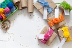 准备的假日 在牛皮纸包裹的礼物 Confe 免版税库存照片