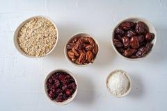 准备的健康有机能量球日期,杏干,燕麦剥落,葡萄干,干蔓越桔,山核桃果成份, 免版税图库摄影