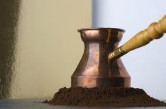 准备的可口热的咖啡,碾碎的咖啡堆土耳其器物  免版税库存图片
