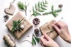准备的圣诞节构成新年 在礼品包装材料的主要类在环境式 库存图片