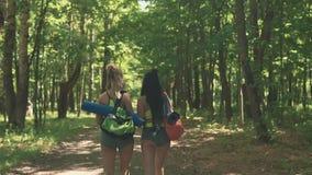 准备的女孩行使或跑 健身与体育袋子的女孩步行 股票录像