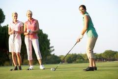 准备的女性高尔夫球运动员组 免版税库存照片
