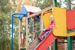 准备的小女孩从幻灯片滑行 免版税库存照片