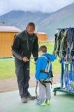 准备的小男孩参与一条富挑战性绳索路线 库存图片