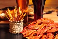 准备的小龙虾、快餐和杯啤酒 免版税图库摄影