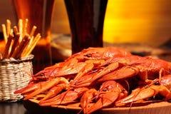 准备的小龙虾和杯啤酒 库存图片