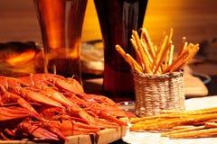 准备的小龙虾和杯啤酒 库存照片