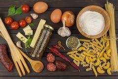 准备的意大利面食成份 烹调面团盘 面团一个传统盘  健康饮食饭食 图库摄影