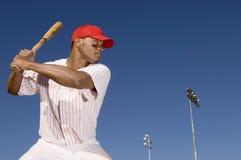 准备的棒球运动员击中球 图库摄影