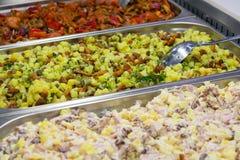 准备的沙拉在超级市场 免版税库存图片