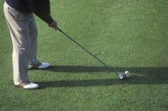 从准备的腰部下来, Ojai,加州的高尔夫球运动员 库存照片