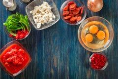 准备的菜肉馅煎蛋饼-鸡蛋,香肠加调料的口利左香肠成份,红色 免版税库存照片