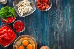 准备的菜肉馅煎蛋饼-鸡蛋,香肠加调料的口利左香肠成份,红色 库存图片