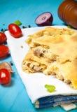 准备的薄饼用被熔炼的乳酪 选择聚焦 定调子 免版税库存图片