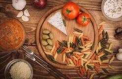 准备的面团食品成分在木厨房板 免版税库存照片