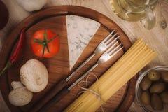 准备的面团食品成分在木厨房板 库存照片