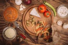 准备的面团食品成分在木厨房板 库存图片