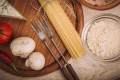 准备的面团食品成分在木厨房板 免版税库存图片