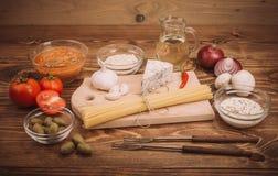 准备的面团食品成分在木厨房用桌上 免版税库存图片