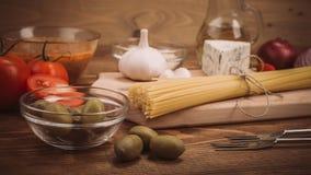 准备的面团食品成分在木厨房用桌上 库存照片