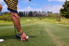 准备的高尔夫球运动员  免版税库存照片