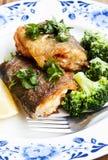 准备的鳟鱼用硬花甘蓝装饰 免版税库存图片