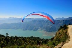 准备的滑翔伞的看法发射自己在天空中 库存照片