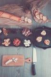 准备的Bruschetta成份与委员会和刀子 烹调意大利语的食品成分 开胃小菜 被定调子的照片 顶视图 库存照片