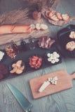 准备的Bruschetta成份与委员会和刀子 烹调意大利语的食品成分 开胃小菜 被定调子的照片 免版税图库摄影