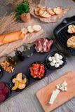 准备的Bruschetta成份在格栅平底锅附近 烹调意大利语的食品成分 开胃小菜 图库摄影