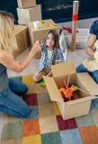 准备移动的玩具箱的家庭 免版税库存照片