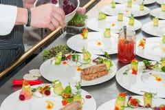 准备红色金枪鱼和三文鱼齿垢的厨师 免版税图库摄影