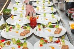 准备红色金枪鱼和三文鱼齿垢的厨师 免版税库存照片
