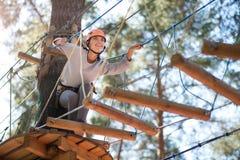 准备美丽的熟练的妇女去在一架木梯子 免版税库存照片