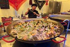 准备肉菜饭的厨师 图库摄影