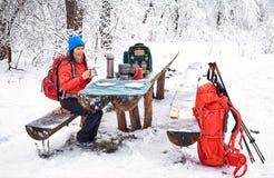 准备膳食在冬天远足在campsi的桌上 库存照片