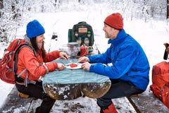 准备膳食在冬天远足在campsi的桌上 免版税图库摄影
